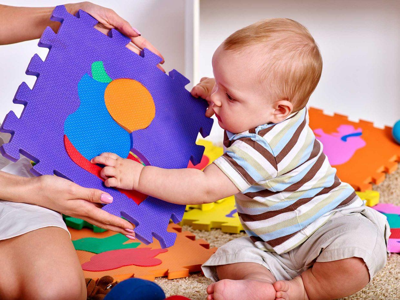 bambino gioca con puzzle composto da forme colorate