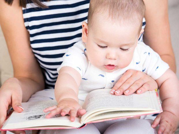 bambino legge un libro con la madre