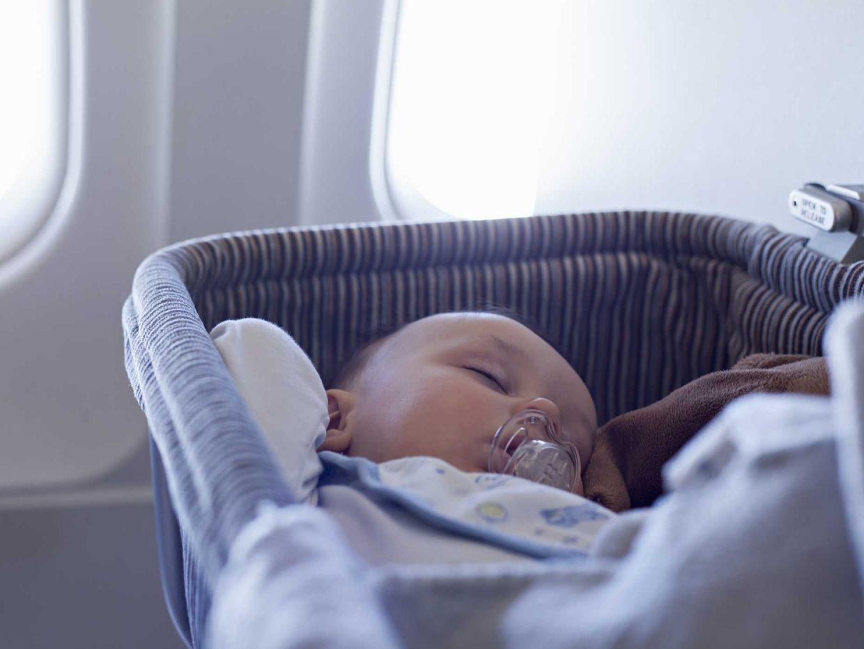 neonato dorme tranquillo in una culla con il ciuccio in bocca