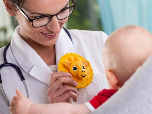 Bimbopiccolo-osserva-fiore-giallo-su-camice-pediatra